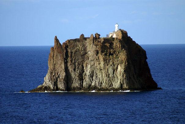 ストロンボリ火山近くにある岩の島ストロンボリッキオ島