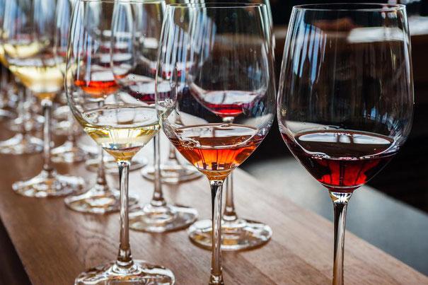Weingläser mit Weißwein, Rotwein, Rosé Wein auf Tisch bei einer Weinprobe im WeinGenuss Aachen