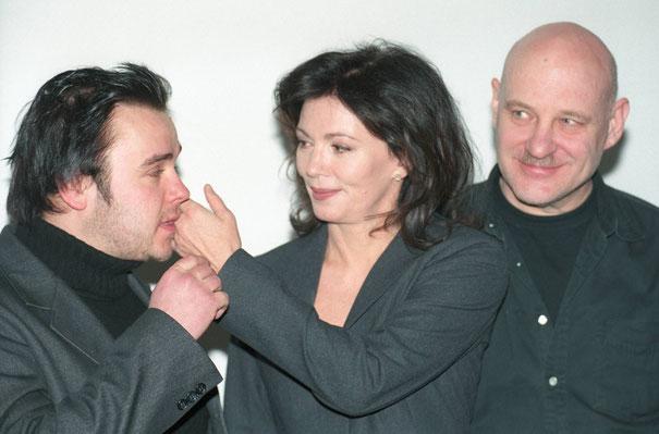 Frank Giering, Iris Berben und Christian Redl bei einem Fototermin zu »Ein mörderischer Plan« (Dezember 2000) / ©imago/teutopress