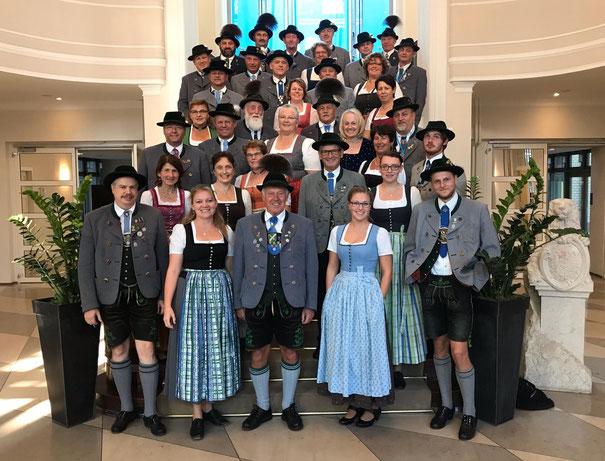 Die Gruppe auf den Stufen im Foyer der bayerischen Vertretung in Berlin