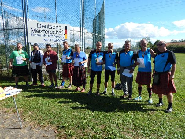 Einige der Sieger der Männerklassen - das Phoenixblau dominiert.