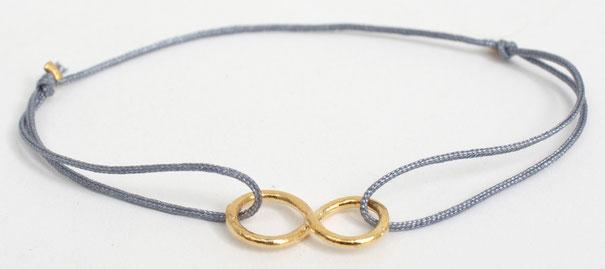 Armband aus Gold & Seide - Am seidenem °Faden° hängt das vergoldete Symbol der Unendlichkeit