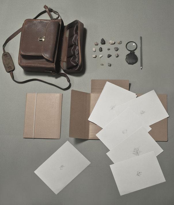 [ Trace ] Cuaderno de artista compuesto por un estuche de piel que contiene material de dibujo, piedras y dos carpetas con una serie de gofrados y dibujos sobre papel canson. Tamaño variable.