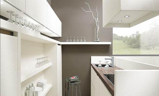 cuisine avec ilot adossé à un mur et double flux : evier et cuisson