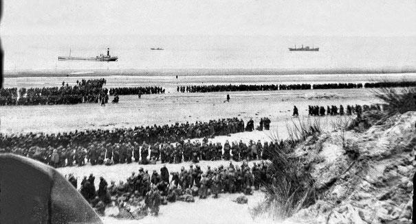 Un immagine emblematica dell'operazione Dynamo: truppe disperate ed affamate, accatastate nelle spiagge in attesa  che le navi venissero a caricarli,  senza la possibilità di riparo contro gli Stukas della Luftwaffe.
