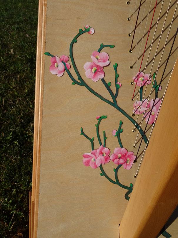 Handgemalte Verzierung Kirschblüten