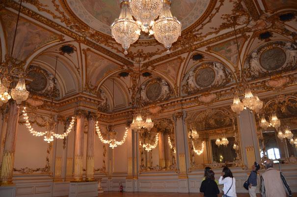 Ce n'est pas une peinture, c'est le décor de la salle de réception de l'ancien hôtel de la gare qui comportait 370 chambres et plusieurs restaurants