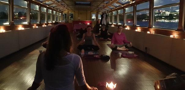 Alsterschippern und Yoga mit Kerzenschein