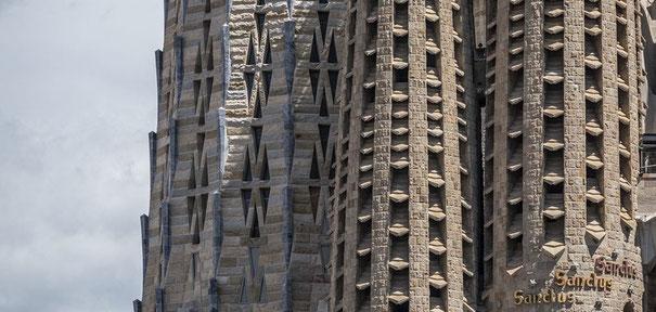 Храм Святого Семейства - башни фасадов и центральные башни