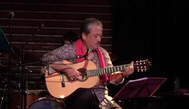 銀座TACTのステージで赤いタオルを首から下げて演奏する小竹 伸也さん