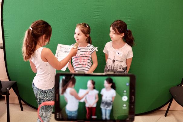 SchülerInnen vor einem Greenscreen