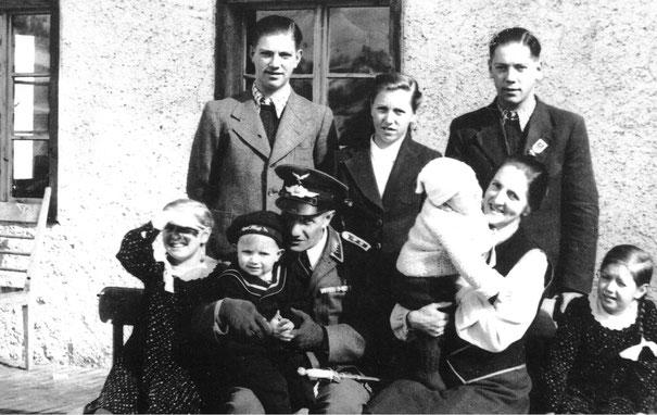sitzend: Mali, Adi,Vater Konrad, Günter, Mutter Theresia, Maridi. - stehend:  Robert, Friedl, Radi