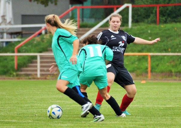 Errang mit der FSG Ebsdorfergrund einen 1:0-Auswärtssieg im Hinspiel  gegen den FC Gambach: Selina Rabenau (re.)