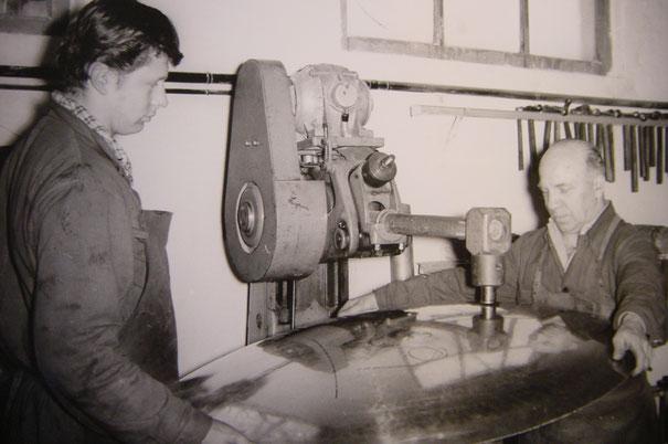 elektrischer Kupferschmiedehammer in Aktion