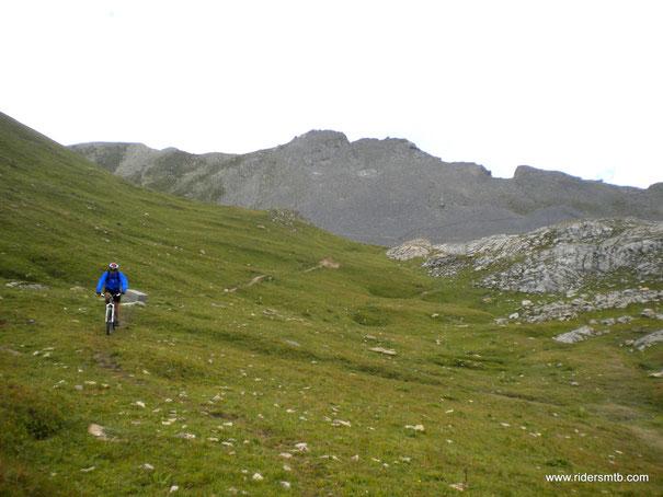 ad attenderci al Passo della Cavalla vento freddo e pioggia Battente...l'escursione prevedeva il giro dell' Orenaye...ma a malincuore dobbiamo scappare dalla perturbazione!!