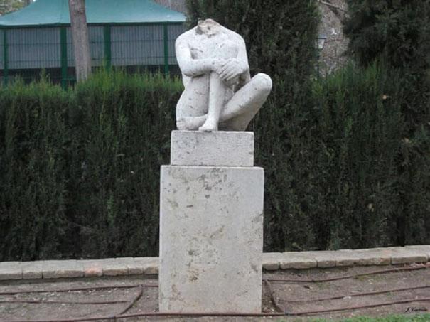 Estatua decapitada por los vándalos en los viveros de Valencia.