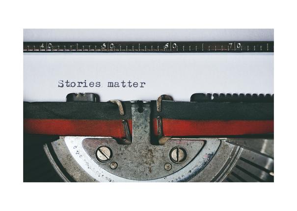"""Alte Schreibmaschine, die """"Stories matter"""" tippt."""