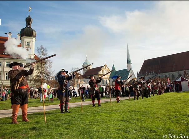 Die Musketenschützen beim Tillymark Altötting                                               (Foto: Strauss Altötting)