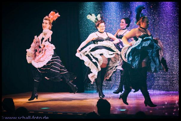 """Dixie mit drei ihrer Cancan-Tänzerinnen von """"Dixie's Cancan"""" im Theater Drehleier in München. Foto: Jürgen Schall"""