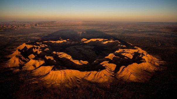 Cratère formé par un météoroïde de 1 km de large en Australie, il y a 142 millions d'années.