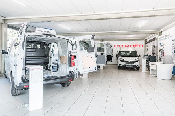 Ausstellungsraum für Transporter und Nutzfahrzeuge bei Strasser Transport & Business Center am Ziegelberg Stephanskirchen bei Rosenheim