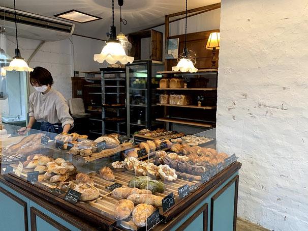 パンがずらりと並んでいて全部欲しくなる。