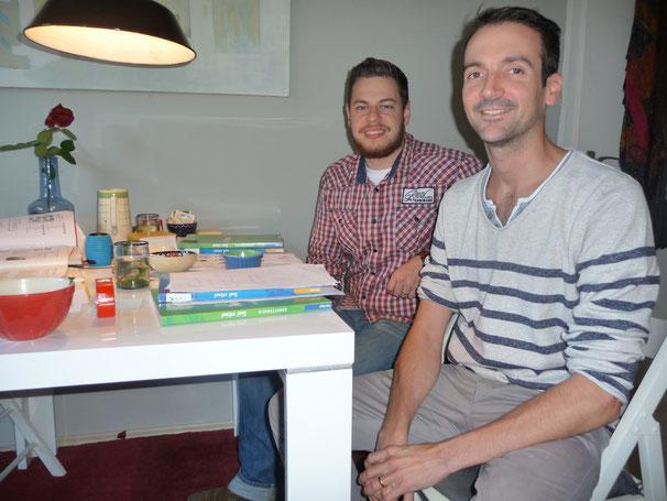 Zwei Angestellte einer Wuppertaler Schneidwarenfirma, die sich auf die Kundengespräche in den Niederlanden vorbereiten.....