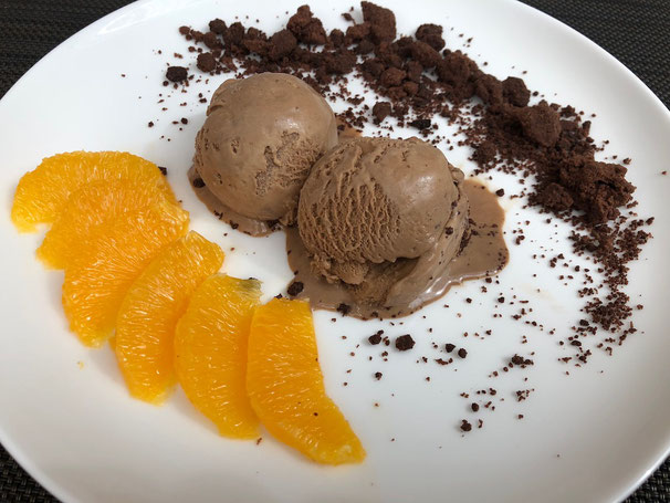Capuccino-Eis mit Schoko-Crumbles