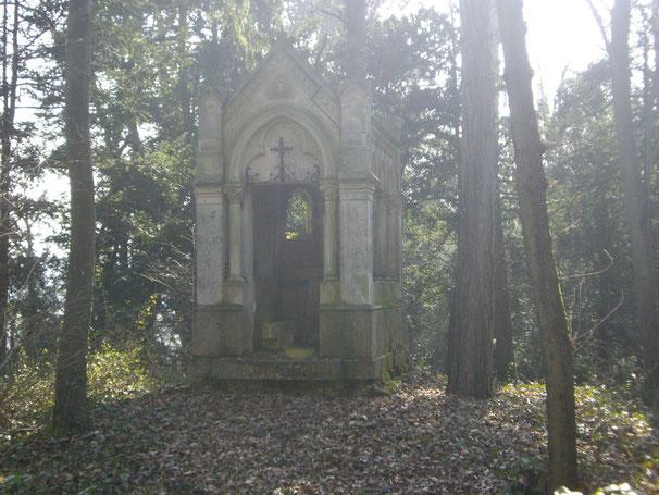 Une modeste chapelle cachée dans la forêt sur une petite hauteur, un simple abri providentiel et protecteur ?