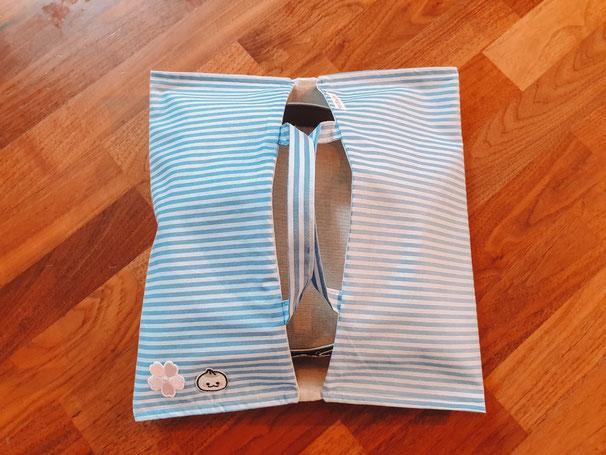 Diese blau-weiß-gestreiften Variante habe ich noch mit süßen Bügelbildern verschönert