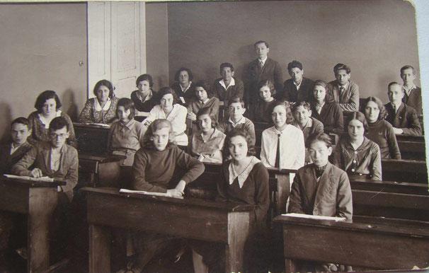 Эй-7. На обороте пусто, но есть дата 1933, т.е. год выпуска. Зяма явно моложе своих одноклассников.