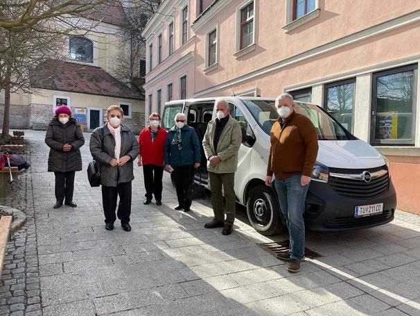 Erna Mehofer, Herta Widek, Theresia Pöschl, Berta Picha und Leopold Diskus mit ihrem persönlichen Chauffeur Bgm. Franz Schneider