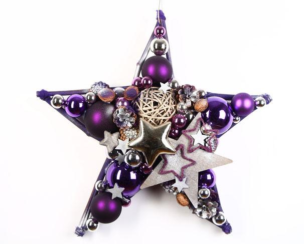 Wir lieben ausgefallene Farben - bei uns bekommst du Sterne in vielen außergewöhnlichen Farbkombinationen,  z. B. einen Stern in violett mit silber kombiniert.