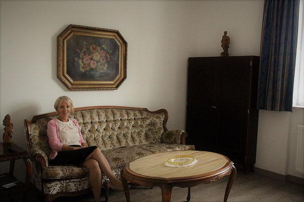 Heimleiterin Sabine Wecker im Gemeinschaftswohnzimmer