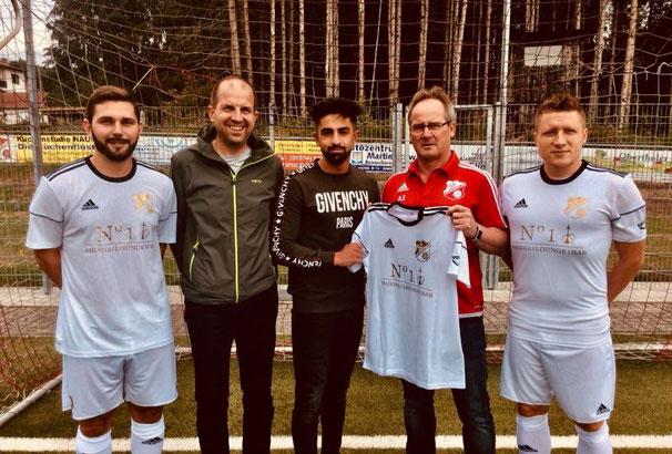 uca Greco (Trainer) | Elmar Kelkel (Präsident) | Rizgar Gören (GF No.1 Shisha-Lounge St. Wendel) | Alfred Erfurt (Spielausschuss) und Christopher Linn (Trainer) präsentieren das neue Trikot ...