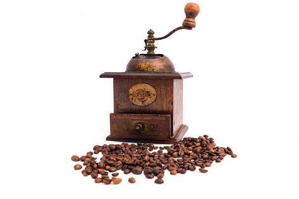 alte-holz-kaffee-muehle-kaffeebohnen