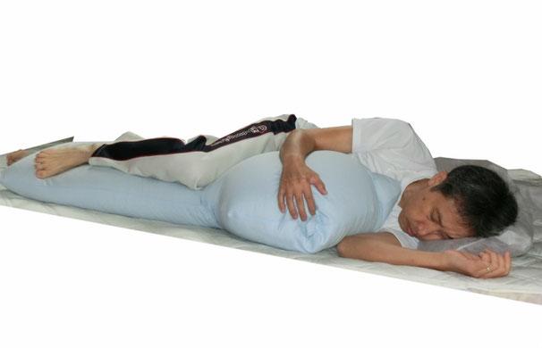 肩と肘の高さを平行に、腰と膝と踵を平行にすると呼吸がしやすく身体がねじれず安定します。