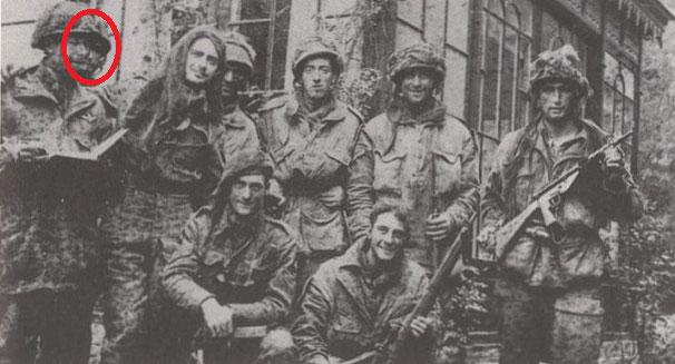 Stationsweg 8, Oosterbeek, Sergeant Louis Hagen among other defenders (mevrouw A.L.A. Kremer-Kingma)