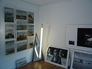 Gemälde  mit schlichten Bilderrahmen eingefasst.