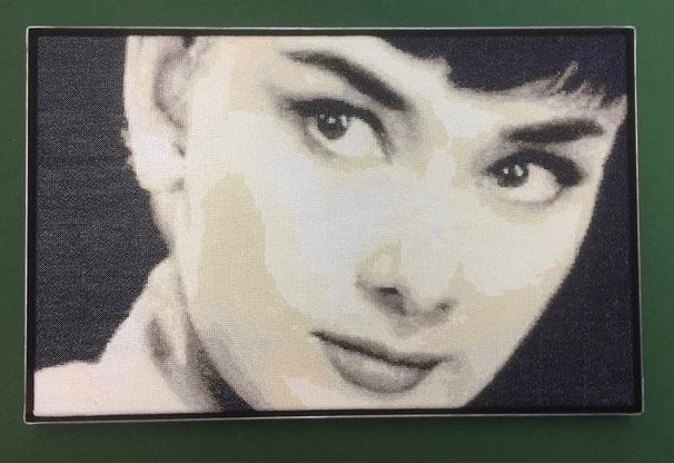 Gobelin von Audrey Hepburn in einen Schattenfug-Rahmen  eingelegt. Aufgespannt auf einen Keilrahmen.