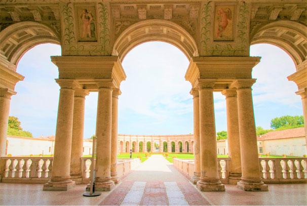 マントヴァ公爵邸のモデルとなった、マントヴァの領主ゴンザーガ家の「テ」宮殿。1535年ゴンザーガ家の夏の離宮として建設されたもので、ルネサンス中期の建築家・画家として知られるジュリオ・ロマーノによって設計、建築されました。(ウィキペディア)