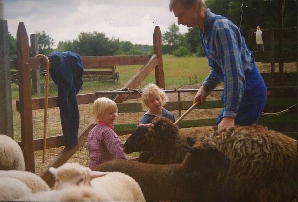 Papa, meine Schwester Linda und ich mit Mausi, 1993.