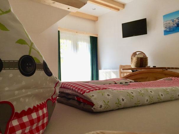 das Schlafzimmer No.1 ist genauso wie das zweite Zimmer sehr freundlich und Hell gestaltet