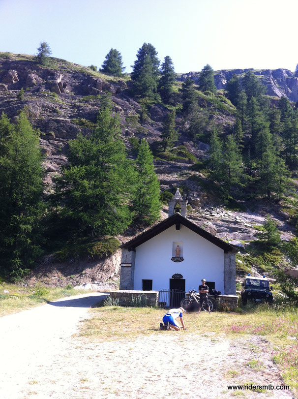 siamo alla cappella degli alpini, ....EZIO aspetta qualcosa ...non ci osiamo  chiedere cosa ....