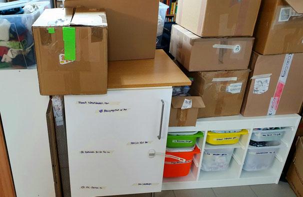 Und hier sind gepackte Pakete und Zubehör etc in den Schränken