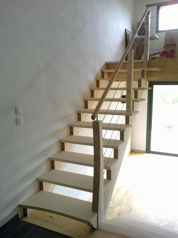 Escalier contemporain en bois de frêne et câbles inox