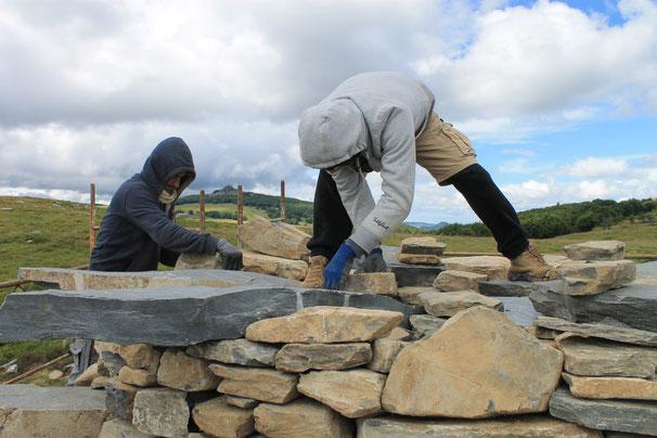 Deux muraillers sur la création de la tour à eau de Gilles Clément Juillet 2017