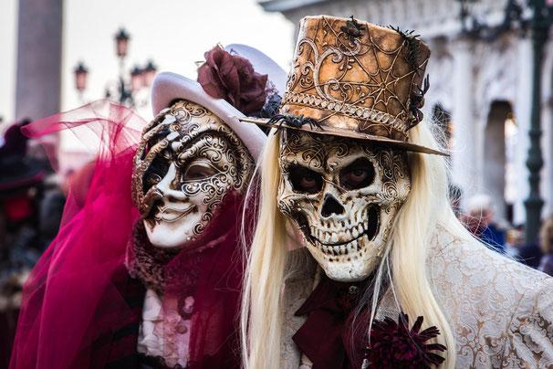 Travestimenti di carnevale sulla morte femminile sulla sinistra e maschile sulla destra