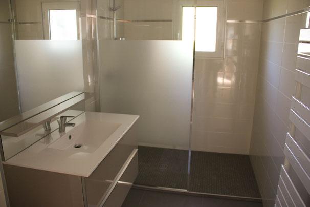 La salle d'eau est équipéd'une grande douche.