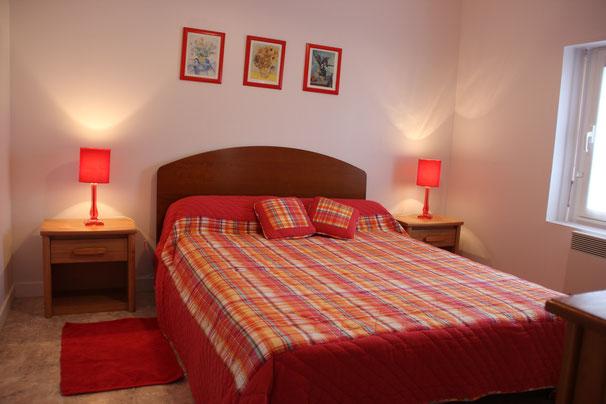 La chambre est équipée d'un placard et d'une commode.